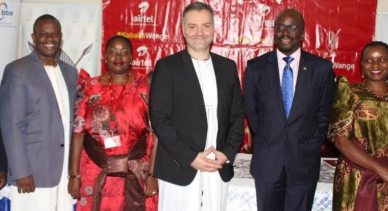 Airtel Uganda Managing Director Mr. Anwar Soussa (C) poses for a group photo with Airtel Uganda staff (left) and Buganda Kingdom officials at Bulange Mengo.