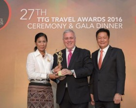 Etihad Airways' Vice President for Australia and Asia Lindsay White (center) accept the TTG Asia 'Best Airline – Business Class' award from Her Excellency Kobkarn Wattanavrangkul, Minister of Tourism and Sports Thailand (left) and Darren Ng, Managing Director of TTG Asia Media at the 27th Annual TTG Travel Awards 2016 Ceremony and Gala Dinner in Bangkok.