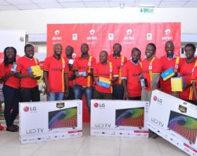The Airtel Uganda staff and the media team pose for a group photo with their gifts during 'Tulumbe AFCON' media draw.