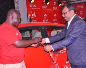 Airtel Uganda Networks Director, Rajesh Agrawal handing over car keys to Shaban Kyeswa who took home the grand prize of a brand new car.