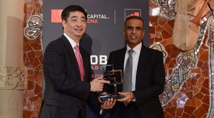Ken Hu, Rotating and Acting CEO of Huawei (left), accepting GSMA Award for Outstanding Contribution to the Mobile Industry from Sunil Bharti Mittal, Chairman of GSMA (right) in Barcelona