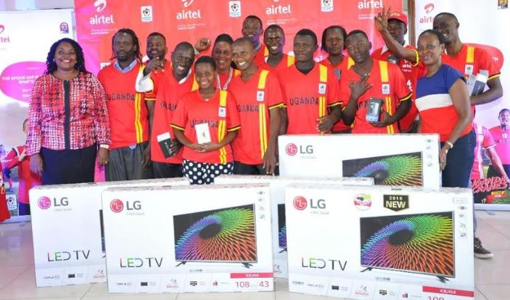 Lucky subscribers pose for a group photo with Airtel officials after receiving their gifts at Airtel Uganda Head offices.