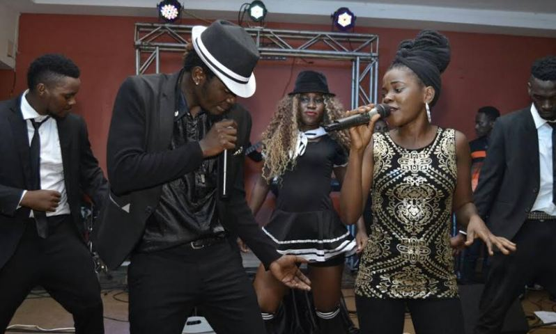 Rising artiste Elysha Mutebi put up a massive concert to honour fallen legends, Lucky Dube and Micheal Jackson, on Friday.