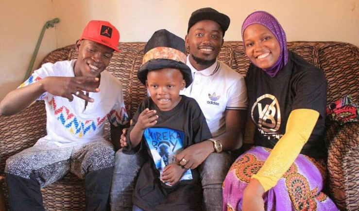 Ykee Benda poses with his young fan and his parents